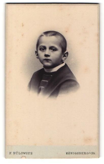 Fotografie F. Bülowius, Königsberg i/Pr, Portrait Bub mit geschorenem Schädel