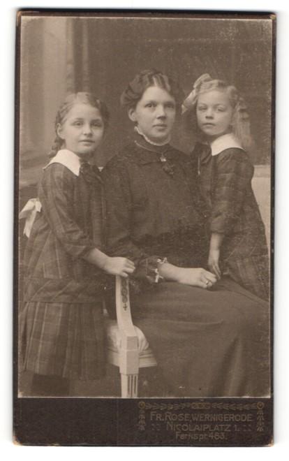 Fotografie Fr. Rose, Wernigerode, Portrait Mutter mit zwei Töchtern