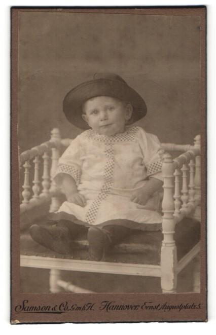 Fotografie Samson & Co., Hannover, Portrait Kleinkind mit Mütze