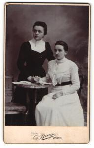 Fotografie S. Bing, Wien, Portrait zwei junge Frauen in festlicher Kleidung