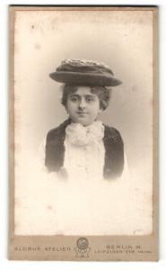 Fotografie Globus Atelier, Berlin-W, Portrait junge Dame mit Hut