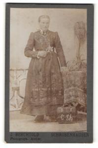 Fotografie J. Berchtold, Schrobenhausen, Portrait junge Frau in feierlicher Garderobe