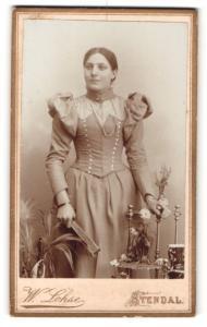 Fotografie W. Lohse, Stendal, Portrait junge Frau in feierlicher Garderobe