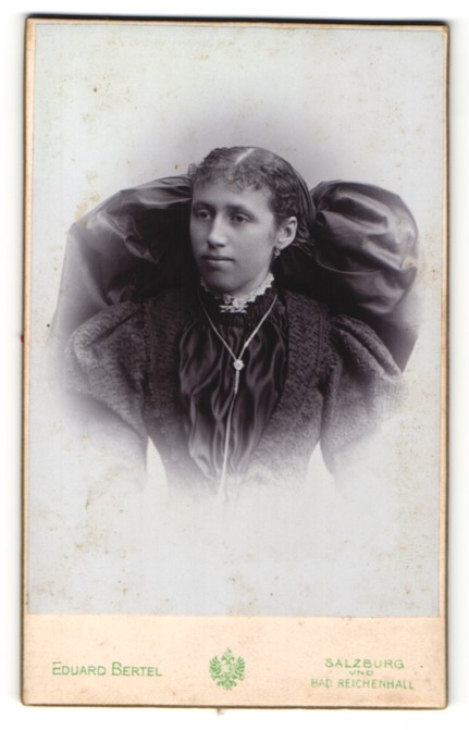 Fotografie Eduard Bertel, Salzburg & Bad Reichenhall, Portrait junge Frau mit traditioneller Haarschleife
