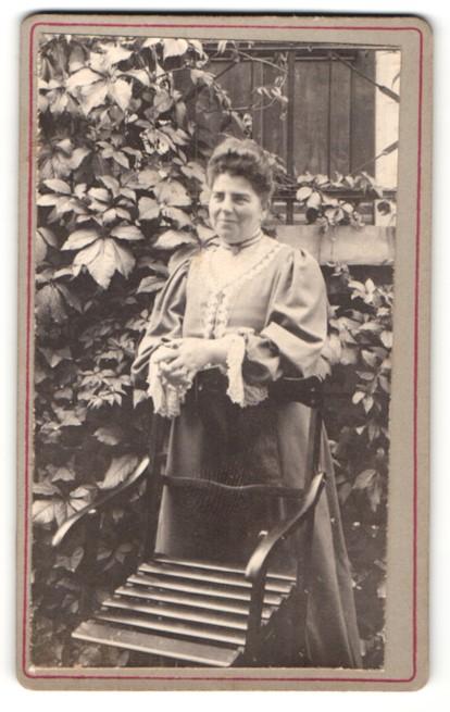 Fotografie unbekannter Fotograf und Ort, Portrait bürgerliche Dame in Garten
