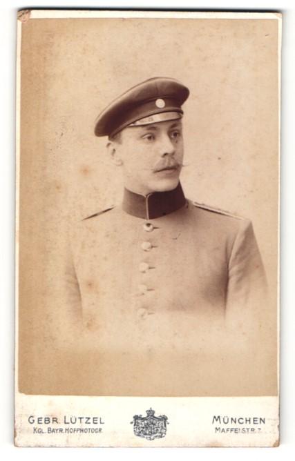 Fotografie Gebr. Lützel, München, Portrait Soldat in Uniform mit Mütze