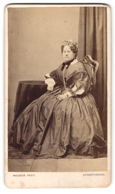 Fotografie M. Wacker, Aschaffenburg, Portrait Dame in weitem Rock mit Haarschmuck