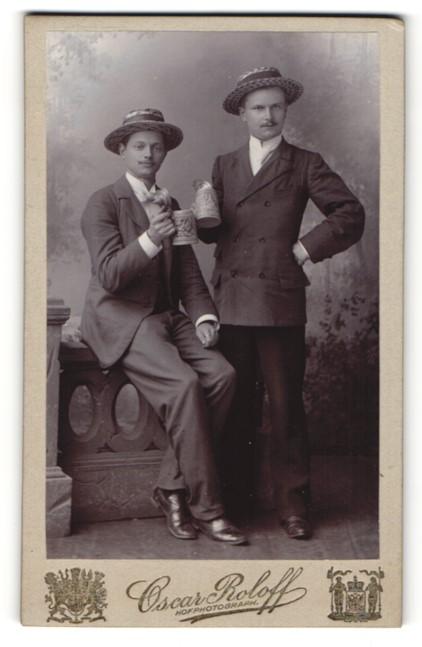 Fotografie Oscar Roloff, Berlin-SW, Portrait zwei junge Männer mit Bierkrügen und Strohhüten