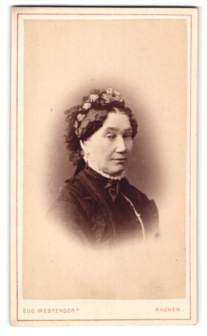 Fotografie Eug. Westendorp, Aachen, Portrait ältere Dame mit Haarschmuck