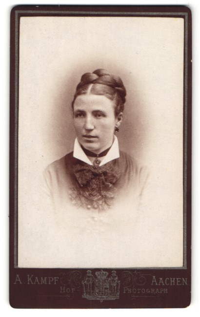 Fotografie A. Kampf, Aachen, Portrait Dame mit geflochtenem Haar
