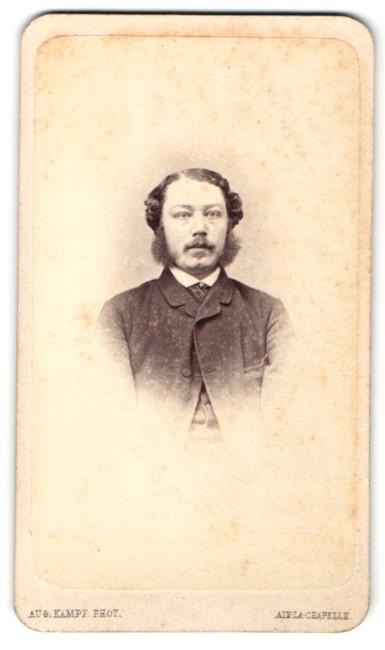 Fotografie Aug. Kampf, Aix-la-Chapelle, Portrait Herr mit Backenbart mit zeitgenöss. Frisur