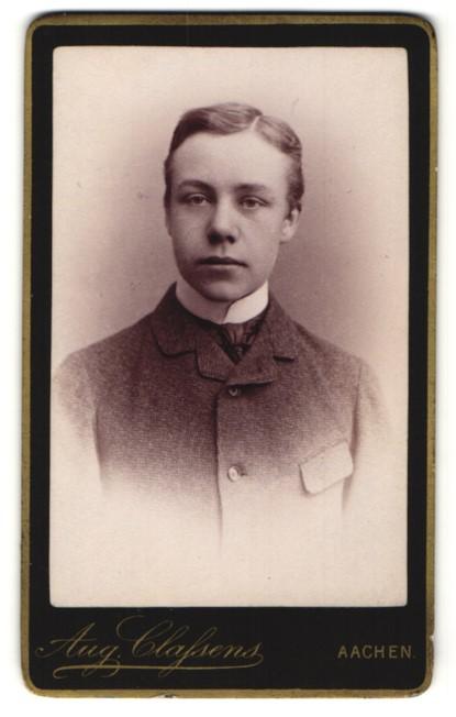Fotografie Aug. Classens, Aachen, Portrait halbwüchsiger Knabe in Anzug