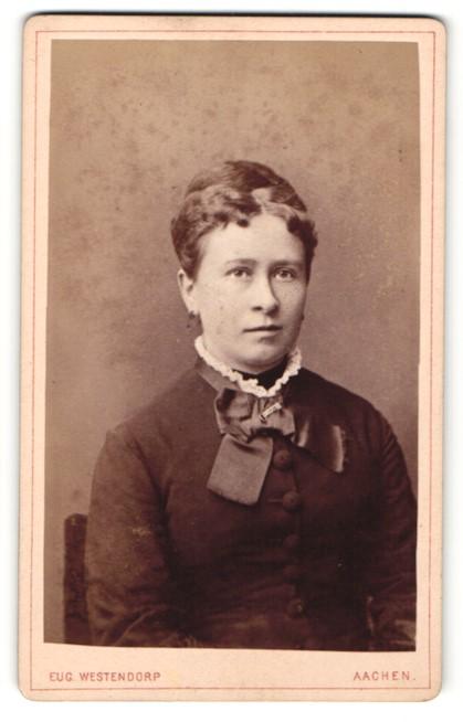 Fotografie Eug. Westendorp, Aachen, Portrait Dame mit zusammengebundenem Haar