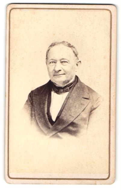 Fotografie A. Erkelenz, Aix-la-Chapelle, Portrait betagter Herr in zeitgenöss. Kleidung