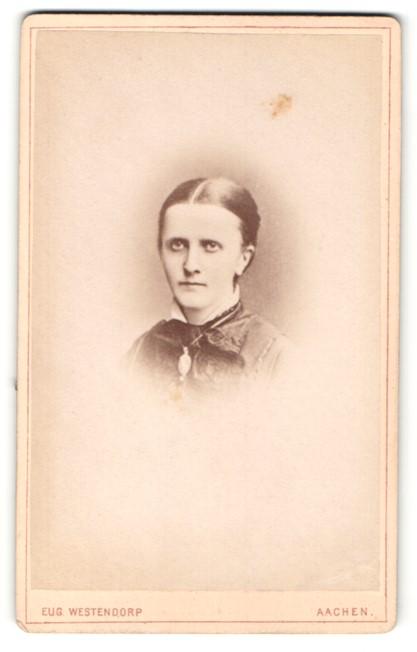 Fotografie Eug. Westendorp, Aachen, Portrait junge Frau mit zusammengebundenem Haar