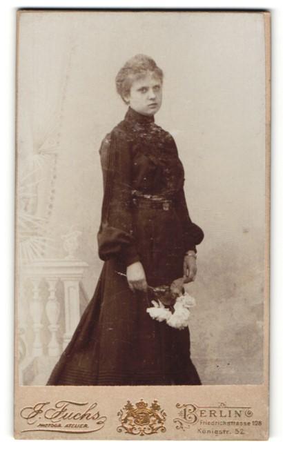 Fotografie J. Fuchs, Berlin, Portrait Fräulein in schwarz mit Blume