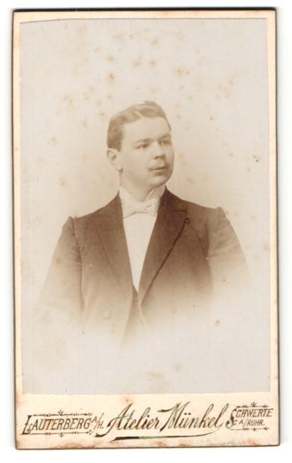 Fotografie Atelier Münkel, Lauterberg a/H & Schwerte a/Ruhr, Portrait junger Mann in Abendgarderobe mit Fliege