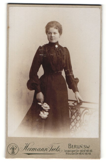 Fotografie Hermann Tietz, Berlin-SW, Portrait junge Dame in schwarzem Kleid
