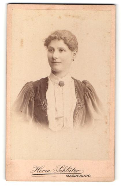 Fotografie Herm. Schlüter, Magdeburg, Portrait junge Dame mit zusammengebundenem Haar
