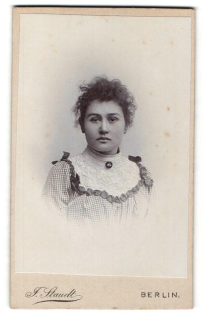 Fotografie J. Staudt, Berlin, Portrait bürgerliches Fräulein