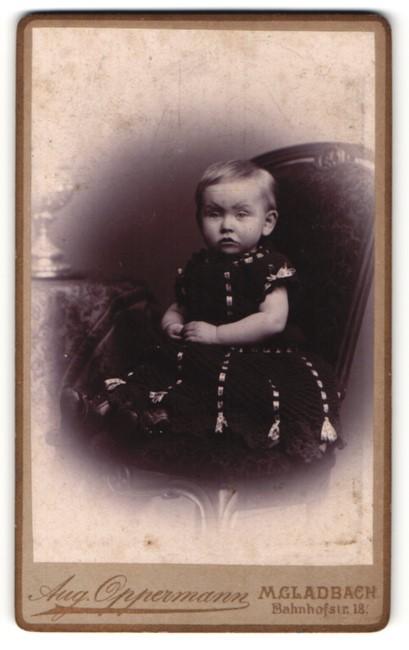 Fotografie Aug. Oppermann, M. Gladbach, Portrait niedliches Kleinkind im Kleidchen
