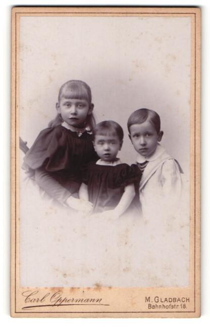 Fotografie Carl Oppermann, M. Gladbach, Drei Kinder in festlicher Kleidung