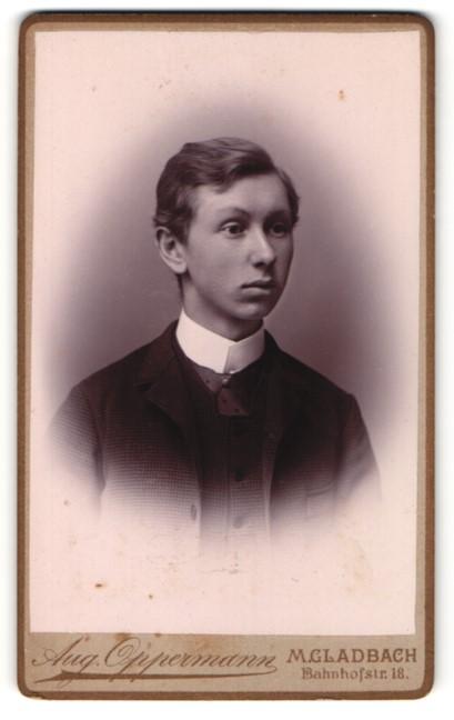 Fotografie Aug. Oppermann, M. Gladbach, Portrait junger Mann im Anzug