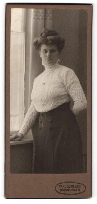 Fotografie Carl Schiewek, Nordhausen, junge Schönheit in bestickter Bluse mit Dutt
