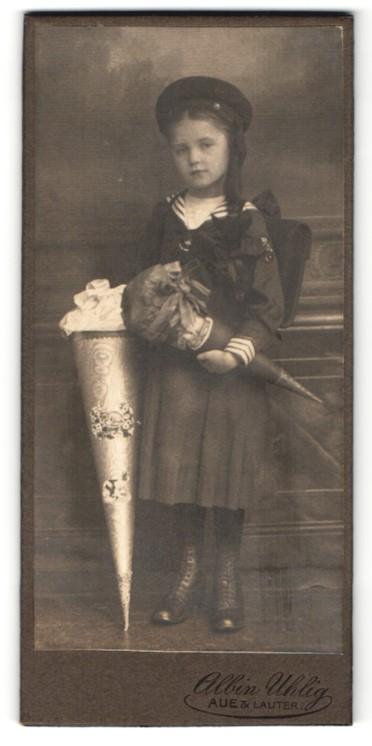 Fotografie Albin Uhlig, Aue / Erzgeb., Portrait niedliches Mädchen mit Zuckertüte und Schulranzen