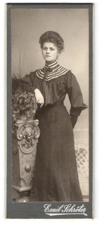 Fotografie Emil Schröter, Ort unbekannt, Portrait brünette Schönheit im elegant besticktem Kleid