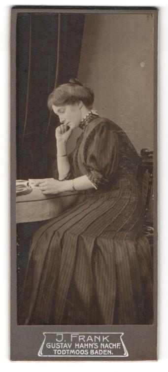 Fotografie J. Frank, Todtmoos / Baden, Portrait wunderschöne junge Frau mit Buch am Tisch sitzend