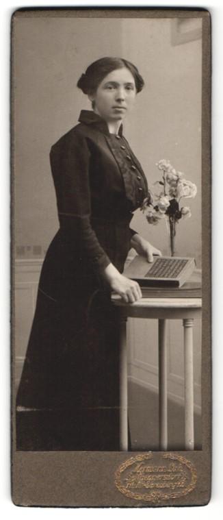 Fotografie Hermann Luh, Seifhennersdorf i. S., Portrait dunkelhaarige junge Schönheit mit Buch in der Hand