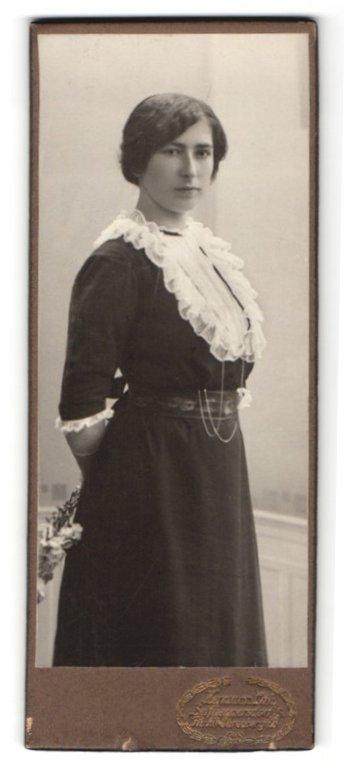 Fotografie Hermann Luh, Seifhennersdorf i. S., Portrait dunkelhaarige junge Schönheit in gerüschtem Kleid