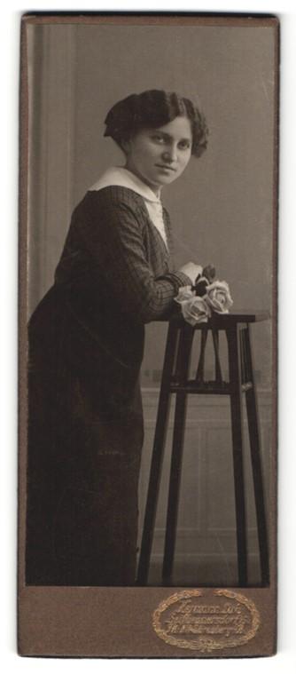 Fotografie Hermann Luh, Seifhennersdorf i. S., Portrait lächelnde junge Frau mit Rosen in der Hand