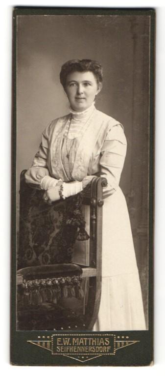 Fotografie E. W. Matthias, Seifhennersdorf i. S., Portrait junge hübsche Frau im besticktem Kleid