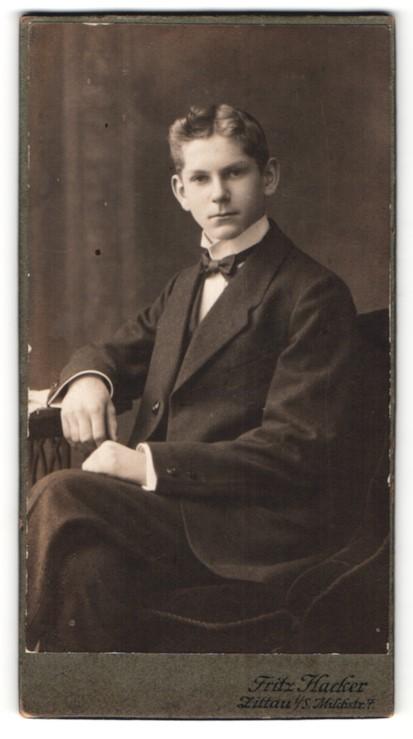 Fotografie Fritz Hacker, Zittau i. S., Portrait hübscher blonder Knabe im eleganten Jackett