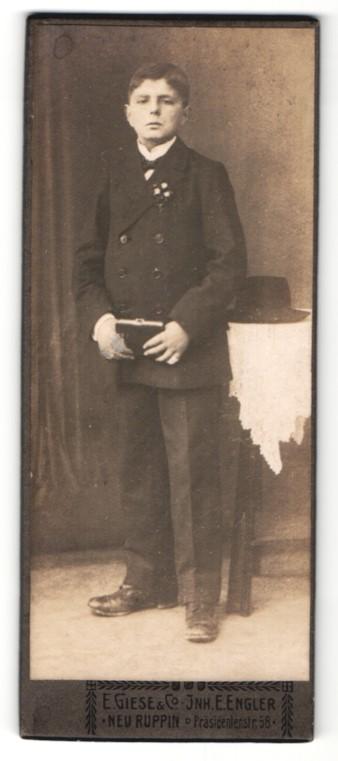 Fotografie E. Giese & Co, Neuruppin, Portrait dunkelhaariger Bube mit Buch im Anzug