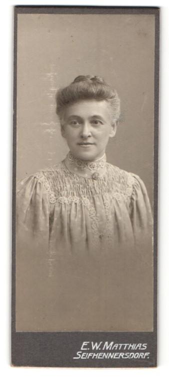 Fotografie E. W. Matthias, Seifhennersdorf i. S., Portrait schöne reife Frau mit Dutt in gerüschter Bluse