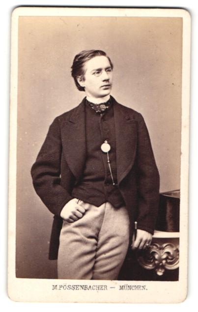 Fotografie M. Pössenbacher, München, Portrait dunkelhaariger junger Mann mit Zwicker im Jackett