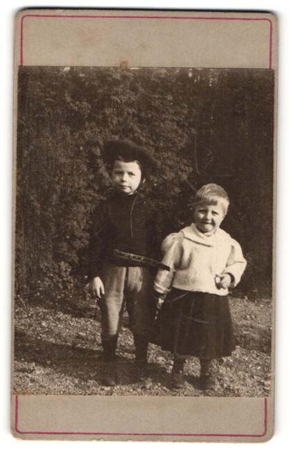 Fotografie Fotograf & Ort unbekannt, Portrait zwei niedliche Kleinkinder am Waldrand