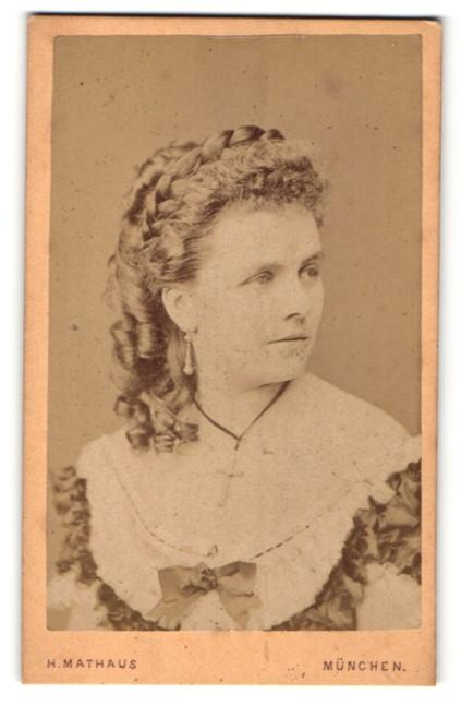 Fotografie H. Mathaus, München, wunderschöne Dame mit Flechtzopf und lockigem Haar