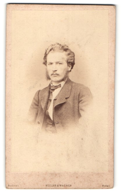 Fotografie Müller & Wagner, Brünn, Portrait blonder Herr mit Kotelettenbart und charmantem Blick
