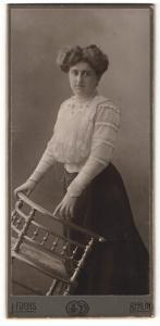 Fotografie J. Fuchs, Berlin, Portrait bürgerliche Dame mit zeitgenöss. Frisur