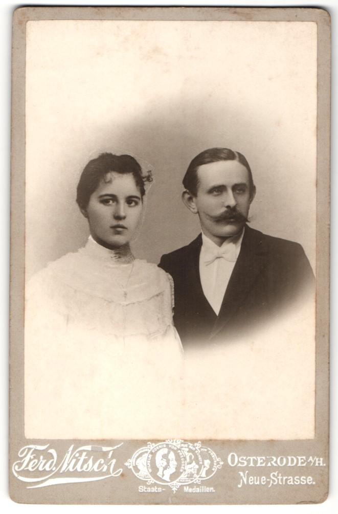 Fotografie Ferd. Nitsch, Osterode a/H, Portrait junges bürgerliches Paar, Montage