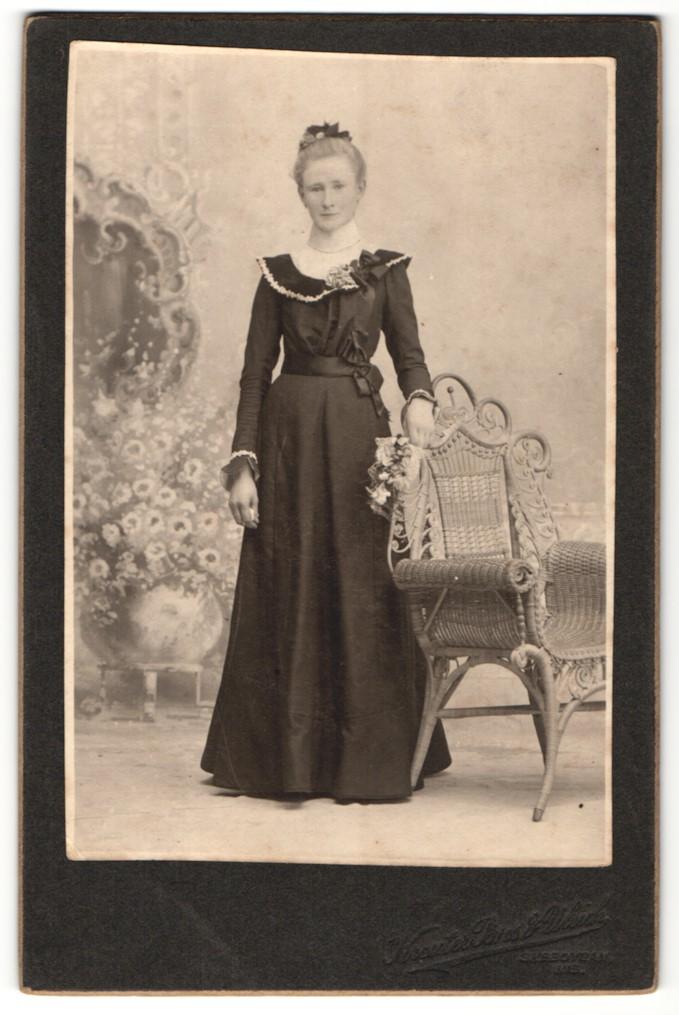 Fotografie Kreuter Bros & Ulrich, Sheboygan, WI, Portrait Dame in festlicher Kleidung