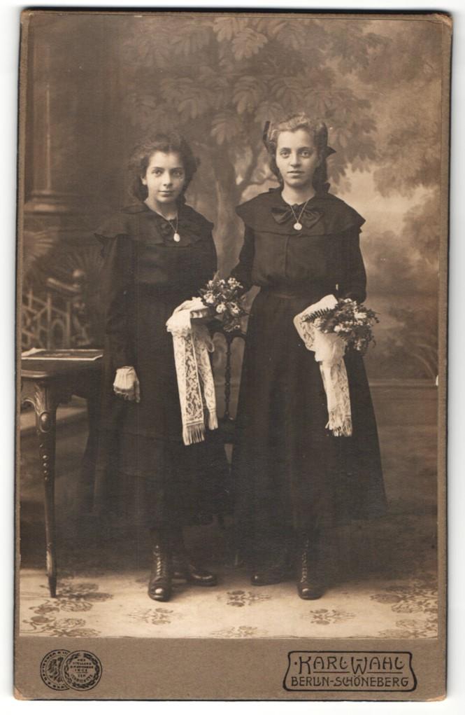 Fotografie Karl Wahl, Berlin-Schöneberg, Portrait zwei Mädchen in festlicher schwarzer Kleidung