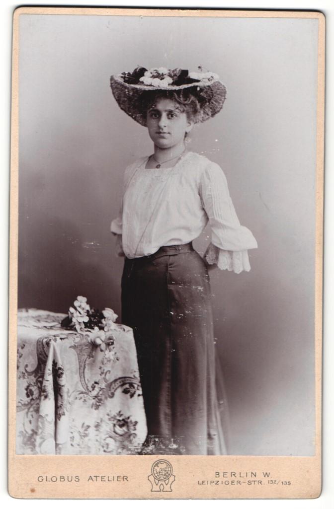 Fotografie Globus Atelier, Berlin-W, Portrait bürgerliche Dame mit Hut