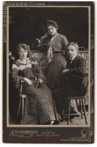 Fotografie Th. Molsberger, Halle a/S, Portrait halbwüchsiger Knabe und zwei junge Damen