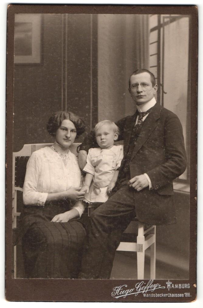 Fotografie Hugo Giffey, Hamburg, Portrait Herr mit Schmissen mit Gattin und Kind