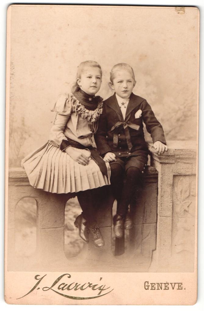 Fotografie J. Lacroix, Genève, Portrait Knabe und Mädchen in zeitgenöss. Kleidung, Geschwister